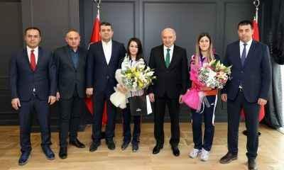 Başkan Uysal, milli sporcu Yeşim Bostan'ı ödüllendirdi