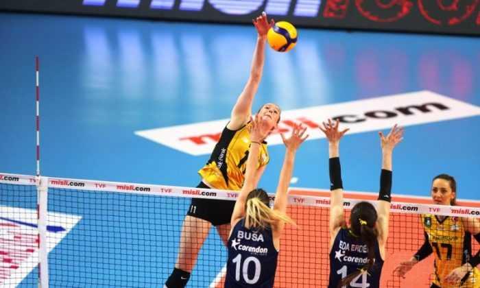 Misli.com Sultanlar Ligi'nde Play-Off final etabında VakıfBank, Fenerbahçe Opet'i 3-0 yendi.